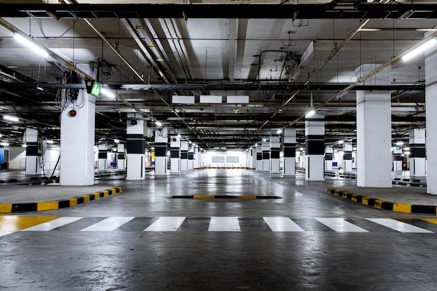 Estacionamento coberto disponível. espaço vazio