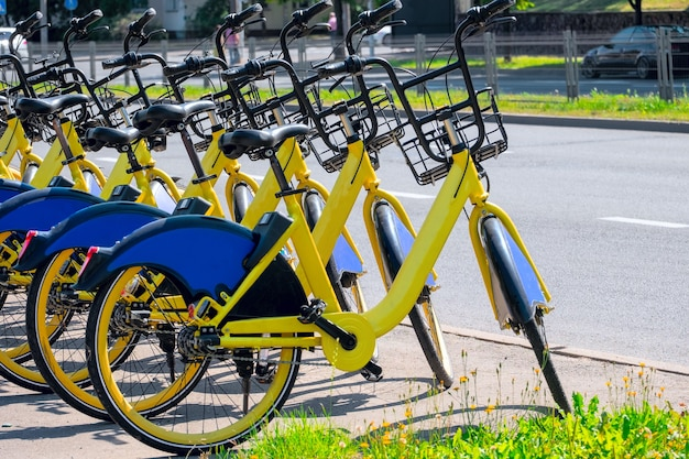 Estacionamento de bicicletas amarelas.