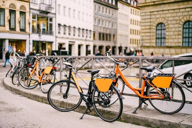 Estacionamento de bicicletas no centro de prédios comerciais para aluguel de bicicletas