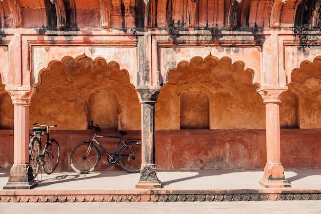 Estacionamento de bicicletas no edifício indiano em estilo islâmico