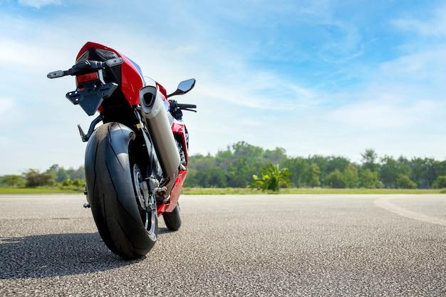 Estacionamento de motocicletas na estrada, andando