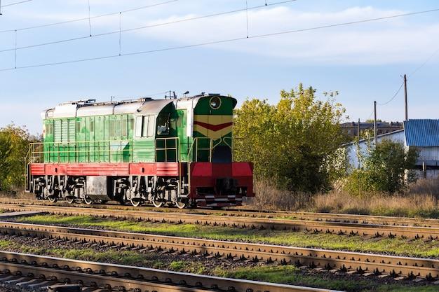 Estacionamento de um trem de manobra, uma locomotiva na rua