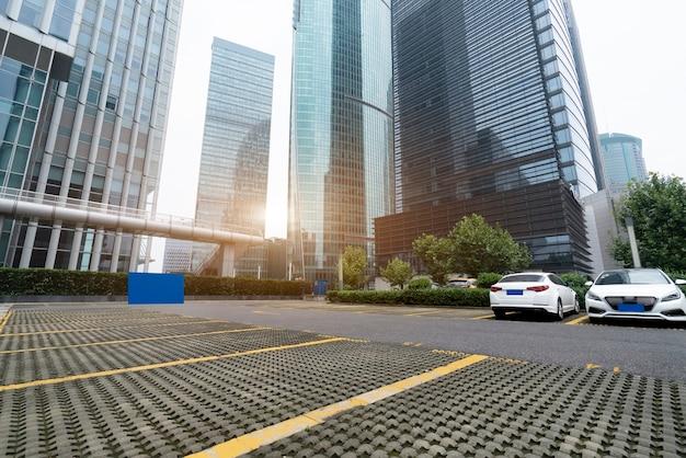 Estacionamento do distrito financeiro de xangai e prédio de escritórios de arquitetura moderna urbana