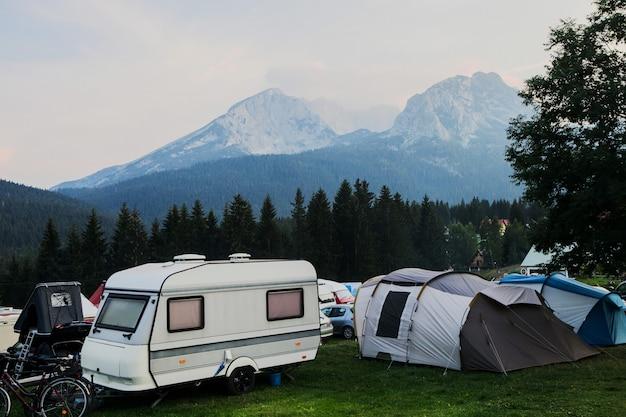 Estacionamento em um acampamento de montanha