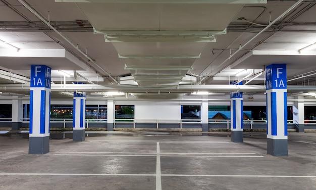Estacionamento interior de garagem, edifício industrial, subterrâneo vazio