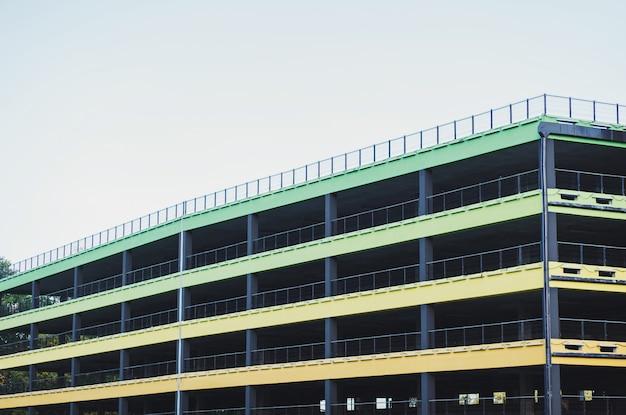 Estacionamento multi-nível da cidade com vagas para carros