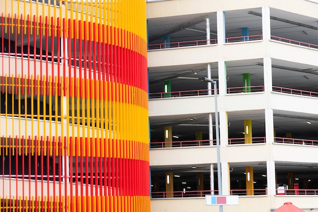 Estacionamento novo, urbano e moderno de vários níveis para carros.