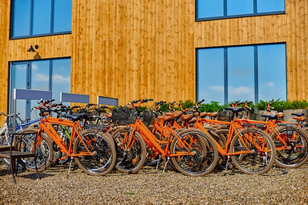 Estacionamento para bicicletas, aluguel de bicicletas. fachada de madeira. o conceito de transporte ecológico.