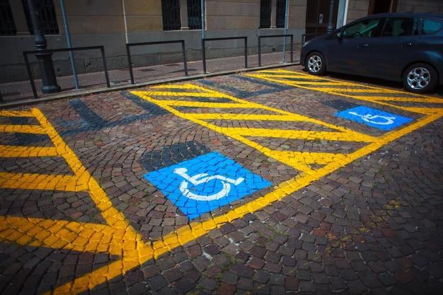 Estacionamento para carros e sinalização para deficientes