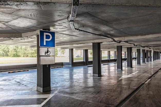 Estacionamento para deficientes. o estacionamento subterrâneo está localizado sob o edifício residencial. um lugar de estacionamento e arrecadação de viaturas pessoais de residentes em edifício de vários pisos.