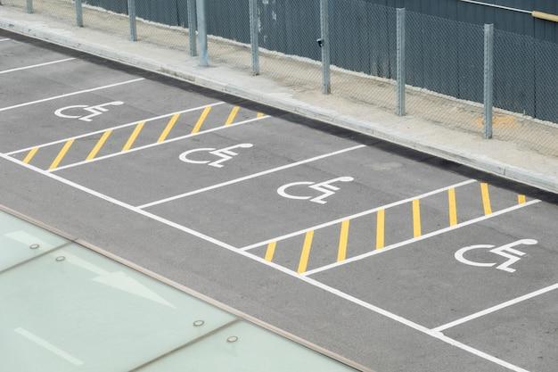 Estacionamento público para pessoas com deficiência para o estacionamento do carro da pessoa com deficiência,