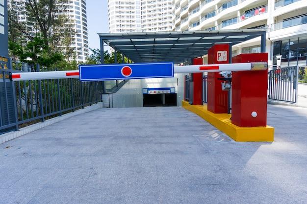 Estacionamento subterrâneo da área residencial, a entrada do estande