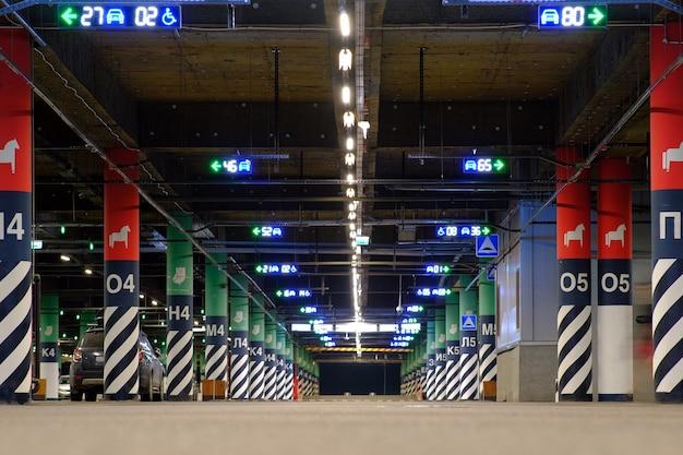 Estacionamento subterrâneo. estão disponíveis lugares de estacionamento gratuitos. cena de fundo vazia.