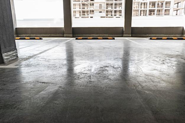 Estacionamento subterrâneo localizado sob o edifício residencial. local de armazenamento para transporte pessoal de residentes da cidade.