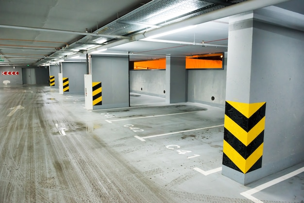 Estacionamento subterrâneo vazio com vagas para carros