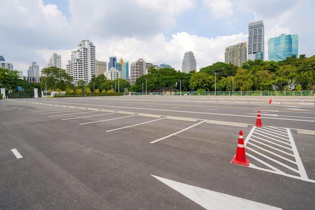 Estacionamento vazio com cidade ao fundo e lindo céu azul
