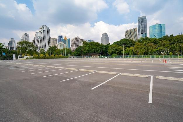 Estacionamento vazio com cidade ao fundo