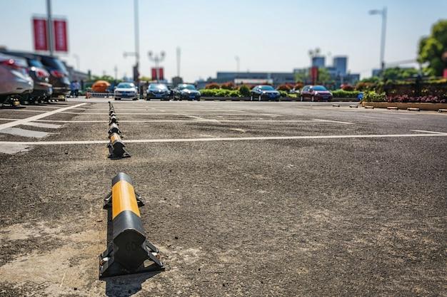 Estacionamento vazio, pista de estacionamento ao ar livre no parque público