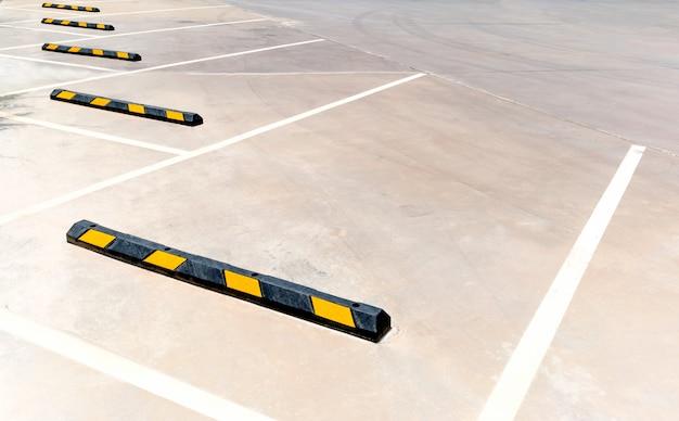 Estacionamentos vazios em um estacionamento, marcado com linhas brancas.