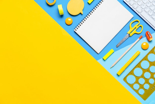 Estacionária colorida no trabalho de escola criativa de conceito, copyspace