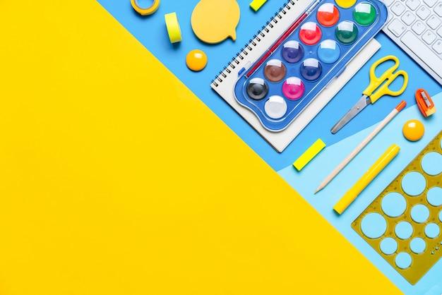 Estacionário colorido no trabalho escolar criativo de conceito