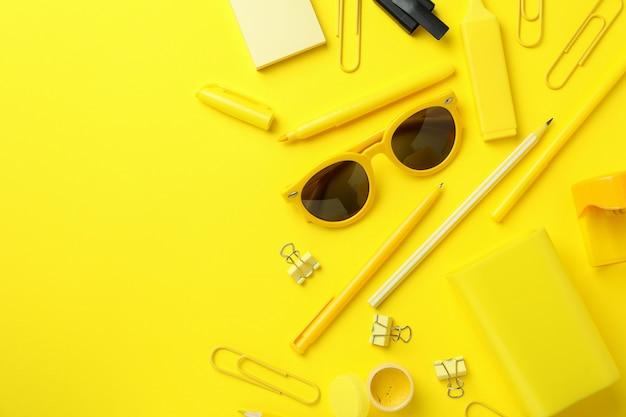 Estacionário diferente em fundo amarelo, espaço para texto