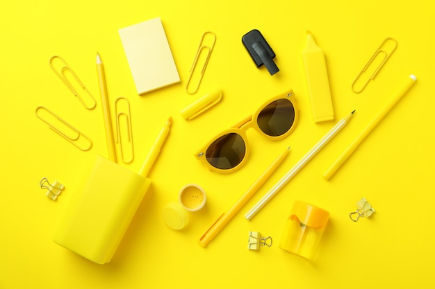 Estacionário diferente em fundo amarelo, vista superior