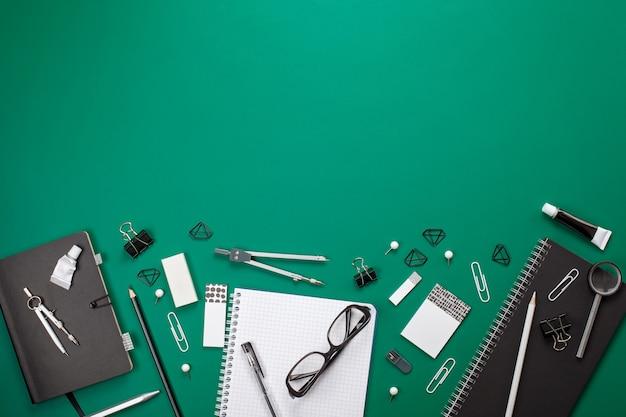 Estacionário preto e branco e material de escritório