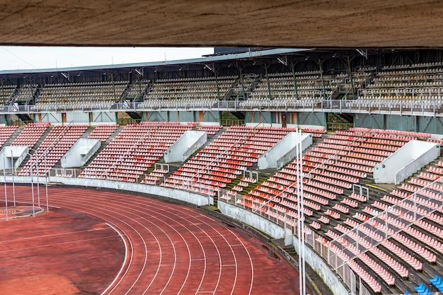 Estádio de atletismo vazio durante o bloqueio devido ao coronavírus.