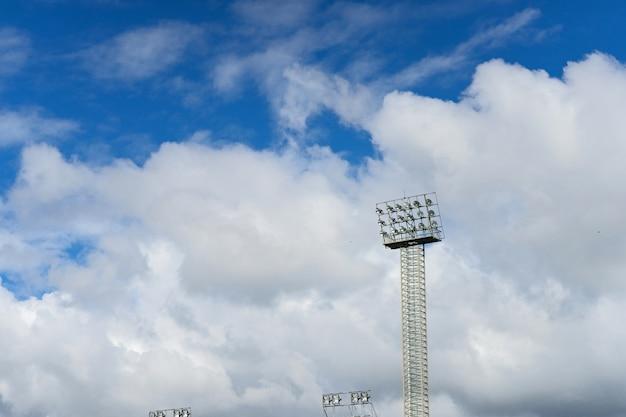 Estádio de destaque com céu azul