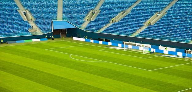Estádio de futebol com um gramado verde sem espectadores.