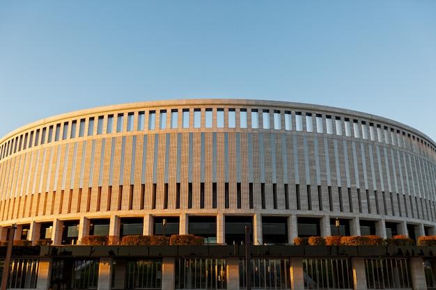 Estádio de futebol krasnodar, rússia. textura arquitetônica do estádio em krasnodar ao pôr do sol.