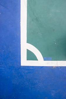 Estádio futsal do esporte interno da corte com marca, linha branca no estádio.