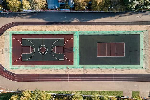 Estádio na floresta. tiro de um drone, vista superior no outono.