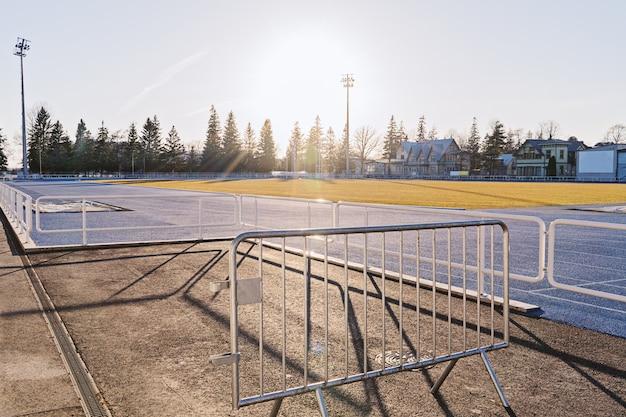 Estádio vazio da manhã na luz do amanhecer