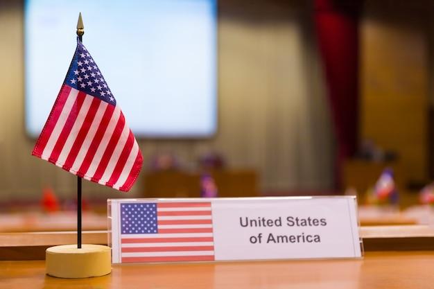 Estados unidos da américa pequena bandeira na mesa de reunião