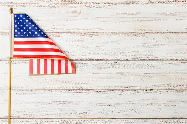 Estados unidos da bandeira americana na mesa de madeira branca