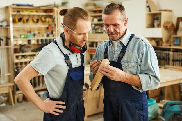 Estagiário em ensino de carpinteiro
