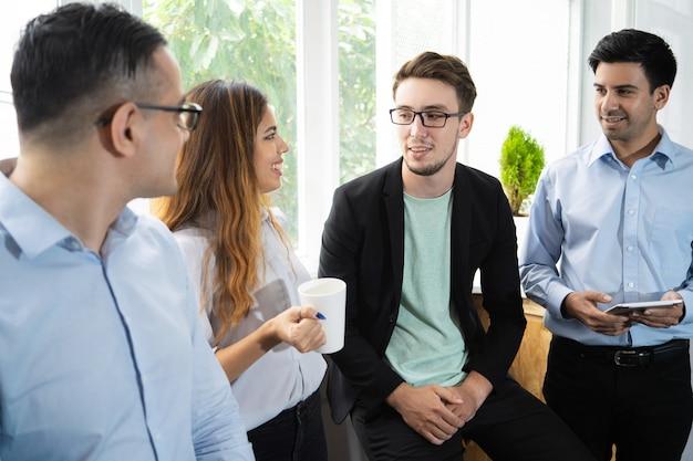 Estagiários positivos compartilhando impressão de treinamento