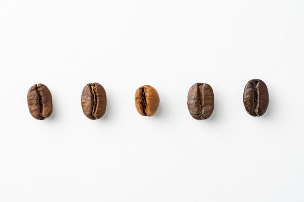 Estágios de torrefação de grãos de café arábica e robusta tostado claro, tostado médio, tostado médio-escuro, tostado escuro isolado.