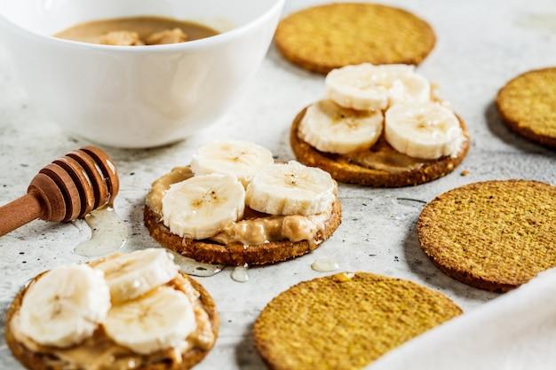 Estaladiço com manteiga de amendoim, banana e mel. conceito de comida vegan.