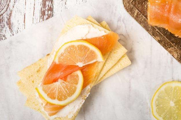 Estaladiço sem glúten, queijo creme suave, salmão defumado e lem