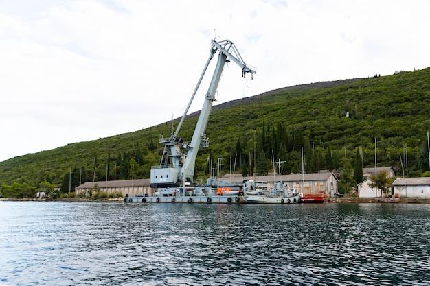 Estaleiro com guindaste portuário em bijela, baía de kotor, montenegro