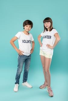 Estamos falando sério. alerte os jovens voluntários com camisas semelhantes e com as mãos na cintura