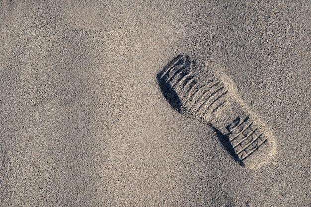Estampa de sapato na areia da praia