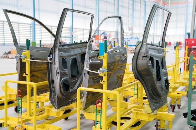 Estamparia de porta preparada para colocar na linha de produção.