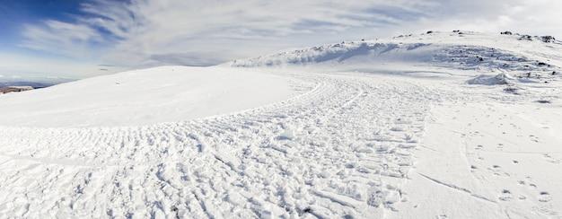 Estância de esqui da serra nevada no inverno, cheia de neve.