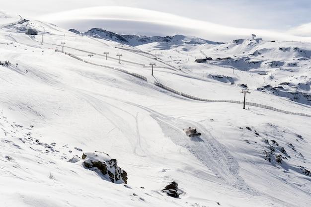 Estância de esqui da serra nevada no inverno cheio de neve