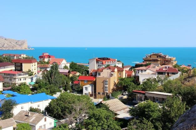 Estância turística com vistas do mar e dos penhascos no verão em um dia ensolarado.