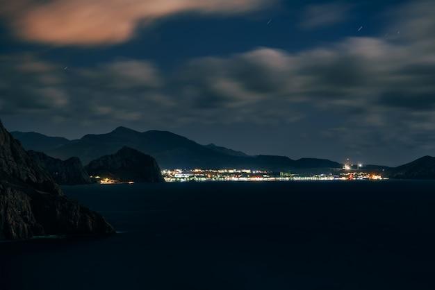 Estância turística de sudak, na crimeia, no verão da noite escura no mar negro